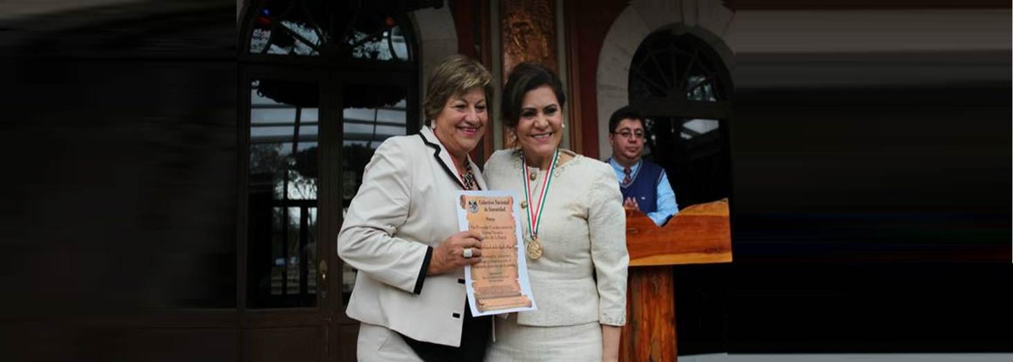 ALCALDESA RECIBE CONDECORACIÓN